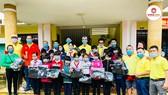 Đoàn công tác trao quà cho học sinh trường Trà Sơn