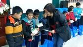 Đại diện SV League trao quà cho các em học sinh tại Huế