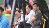 HLV Phan Thanh Hùng chuẩn bị cho 2 trận khó khăn trên sân Hàng Đẫy