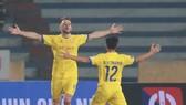Văn Trường chia vui cùng đồng đội sau bàn thắng vào lưới Hà Nội