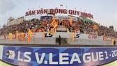 """Sân Quy Nhơn đang sống lại hình ảnh """"chảo lửa"""" bóng đá miền Trung. Ảnh: DŨNG PHƯƠNG"""