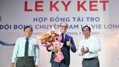 Lãnh đạo Sở VH-TT&DL tỉnh Long An trao hoa chào mừng sự đồng hành với bóng chuyền tỉnh nhà cho đại diện công ty La Vie. Ảnh: DŨNG PHƯƠNG
