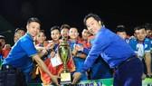 BTC trao Cúp vô địch cho Vinaphone Phú Giáo