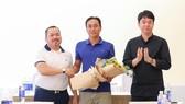 Lãnh đạo đội bóng trao hoa chúc mừng sau khi bổ nhiệm HLV Phùng Thanh Phương