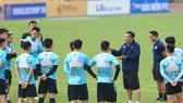 HLV Hoàng Văn Phúc cùng CLB Hà Nội trong buổi tập ngày 5-4. Ảnh: HNFC
