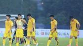 Nỗi thất vọng của các cầu thủ Quảng Nam sau trận đấu. Ảnh: Đ.C