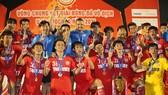 Niềm vui của U19 PVF khi bảo vệ thành công ngôi vô địch. Ảnh: DŨNG PHƯƠNG