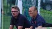 Ông Troussier trong một lần gặp gỡ HLV Park Hang-seo. Ảnh: Mỹ Linh/PVF