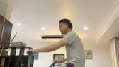 Trưởng đoàn Trần Anh Tú tập thể dục bên xe đạp thể thao, các tuyển thủ ngoài giờ tập chung còn tập riêng với các dụng cụ của khách sạn