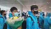 Các tuyển thủ mặc trang phục bảo hộ trong suốt hành trình di chuyển từ UAE cho đến khi về khu cách ly ở khách sạn