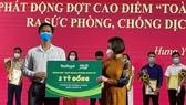 Đại diện Qũy Phát triển Tài năng Việt của Ông Bầu trao tặng 2 tỷ đồng cho Qũy Phòng chống dịch Covid-19 tỉnh Hưng Yên