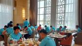 Các cầu thủ tranh thủ ăn ngay khi về đến khách sạn