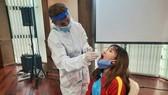 Chương Thị Kiều đang được bác sĩ lấy mẫu test Covid RT-PCR