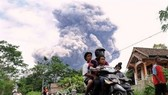 Indonesian volcano rumbles as president visits camps