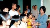Mang niềm vui nhỏ cho trẻ em nghèo khó