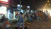 Họp chợ giữa lòng đường