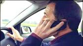 Điều khiển xe sử dụng điện thoại sẽ bị tù...