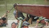 Vỡ đê, hàng trăm người dân trầm mình cứu lúa