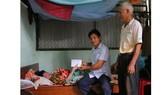 Báo SGGP trao tiền hỗ trợ cho cô giáo bị tai biến nằm liệt giường