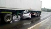 Đắk Nông: Ô tô 4 chỗ chui vào gầm container, 2 người tử vong