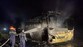 Xe khách giường nằm cháy rụi trên đường