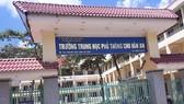 Phê bình Ban giám hiệu nhà trường cho học sinh vùng dịch thi lại