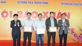 Ban tổ chức trao giải Nhì cho các đơn vị tham gia Hội Báo Xuân Kỷ Hợi TP Đà Nẵng năm 2019