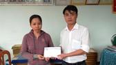 Đại diện Báo SGGP tại miền Trung trao tiền hỗ trợ cho chị Nguyễn Thị Nga