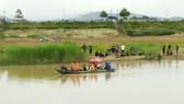 Lực lượng chức năng cùng người dân vẫn đang tích cực tìm kiếm nạn nhân vụ lật thuyền