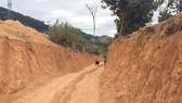 Con đường đất được san ủi để dẫn vào hồ thủy điện