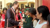 Chủ tịch nước Trần Đại Quang thăm, tặng quà đồng bào xã biên giới Rờ Kơi