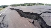 Khoanh vùng vị trí hư hỏng trên con đường 250 tỷ đồng chưa bàn giao đã nát