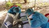 Phút nghỉ ngơi của nhân viên y tế tham gia chống dịch