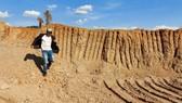Bắt quả tang doanh nghiệp khai thác đất lậu để thi công đường
