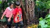 Các em nhỏ lên rẫy cắt chuối để ủng hộ cho người dân TPHCM