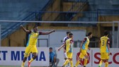 Các cầu thủ Khánh Hòa đã chơi một trận rất hay trước Hà Nội. Ảnh: Minh Hoàng