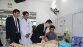 Ông Nguyễn Văn Quảng, Phó Bí thư Thường trực Thành ủy cùng ông Lê Trung Chinh Phó Chủ tịch UBND thành phố Đà Nẵng đã đến thăm hỏi tình hình sức khỏe, chúc Tết các bệnh nhân điều trị nội trú tại bệnh viện