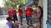 Các Hội viên Hội Chữ thập đỏ TP Đà Nẵng đến từng hộ gia đình để tuyên truyền cho người dân và phát xà phòng miễn phí