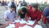 Các bạn trẻ tham gia hiến máu tại ngày hội