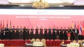 Các đại biểu chụp hình lưu niệm