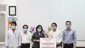 Công ty CP Đầu tư Khai thác Nhà ga quốc tế Đà Nẵng (AHT) trao tặng 1 tỷ đồng tiền mặt nhằm hỗ trợ động viên các nhân viên y tế thành phố Đà Nẵng