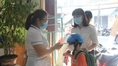 Khi vào trường các em sẽ được đo thân nhiệt trước khi lên lớp