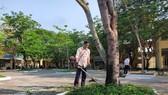 Thầy cô trường THPT Phạm Phú Thứ (TP Đà Nẵng) dọn dẹp vệ sinh trường học