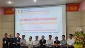 Ông Nguyễn Quang Thanh, giám đốc Sở TT-TT thành phố Đà Nẵng chứng kiến sự kiện nhà trường và doanh nghiệp ký biên bản ghi nhớ hợp tác tại trường VKU