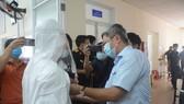Thứ trưởng Bộ Y tế Nguyễn Trường Sơn đang kiểm tra chất lượng áo bảo hộ