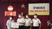 Đại diện Tổng công ty Viễn Thông MobiFone trao tượng trưng cho TP Đà Nẵng