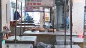 Lực lượng chức năng tiến hành phun thuốc tại chợ Tân Lập