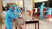 Thí sinh tham dự kỳ thi tốt nghiệp THPT 2020 (đợt 2) tại Hội đồng thi TP Đà Nẵng lấy mẫu xét nghiệm SARS-CoV-2, sáng 31-8-2020