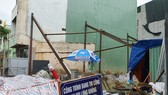Công trình xây dựng nhà ở tư nhân đang giai đoạn thi công, làm nền móng bị ngập sâu đã gây ra tình trạng sụt lún các ngôi nhà lân cận
