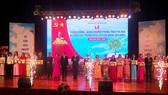 Chủ tịch UBND thành phố Huỳnh Đức Thơ, Phó Chủ tịch Thường trực UBND thành phố Lê Trung Chinh trao tặng giải thưởng Nhà giáo Đà Nẵng tiêu biểu năm 2020
